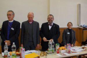 Bischof Harald Rein (links) aus der Schweiz ist Beobachter der Synode.